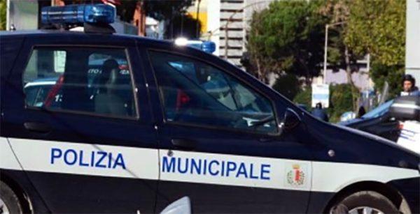Coronavirus Bari, fuori da un minimarket assembramento per bere birra, arriva la polizia locale e multa tutti