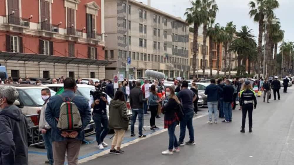 """Bari, i commercianti in protesta in pizza Libertà """"Il Coronavirus ci ha distrutti"""", consegnati F24 al Sindaco """"Non abbiamo i soldi per pagarli"""""""