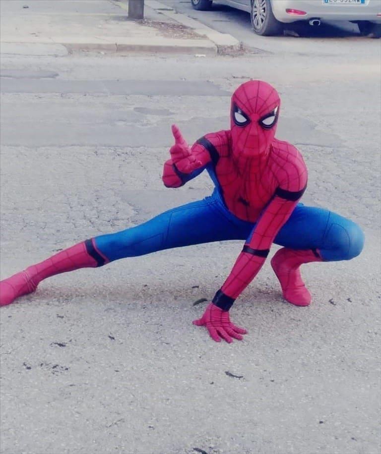 Coronavirus Bari, 37enne si traveste da Superman e va in giro sotto i balconi a regalare allegria ai bambini