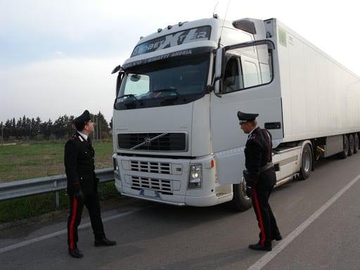 Incubo in Puglia, bloccano un tir, saccheggiano tutto e sequestrano il conducente