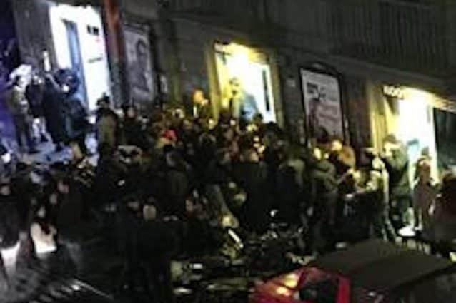 """Napoli movida violenta, due vigili picchiati con calci e pugni da un 35 enne, la loro """"colpa"""" aver chiesto i documenti"""