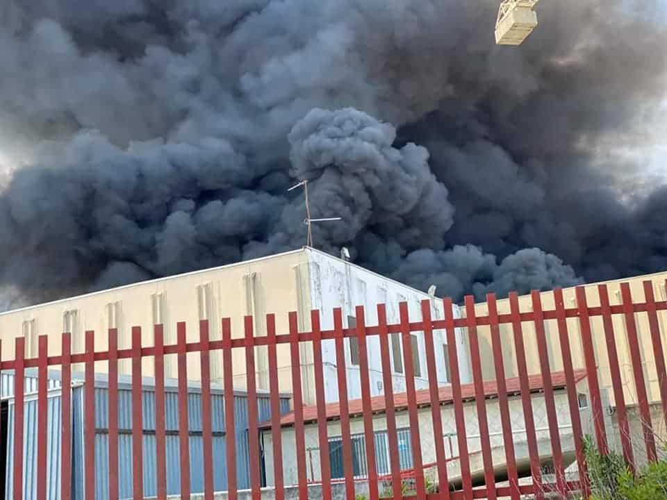 Bari, spaventoso incendio sulla Statale 96, capannone prende fuoco, altissima colonna di fumo nero visibile da diversi chilometri