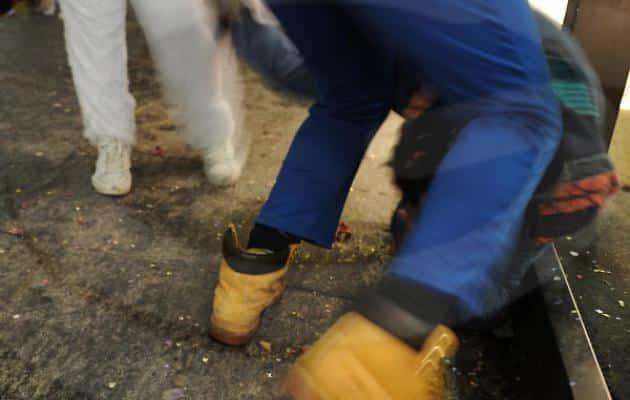 Rapinatori derubano un ragazzo e prendono così tante botte dagli amici del derubato che chiedono aiuto ai carabinieri