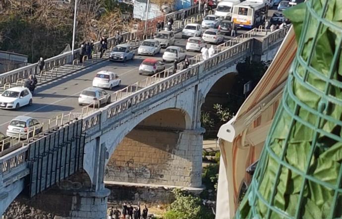 Ragazza lascia il suo cellulare, si mette a cavalcioni sul muretto di un ponte e si lancia nel vuoto, ignoto il motivo del suicidio