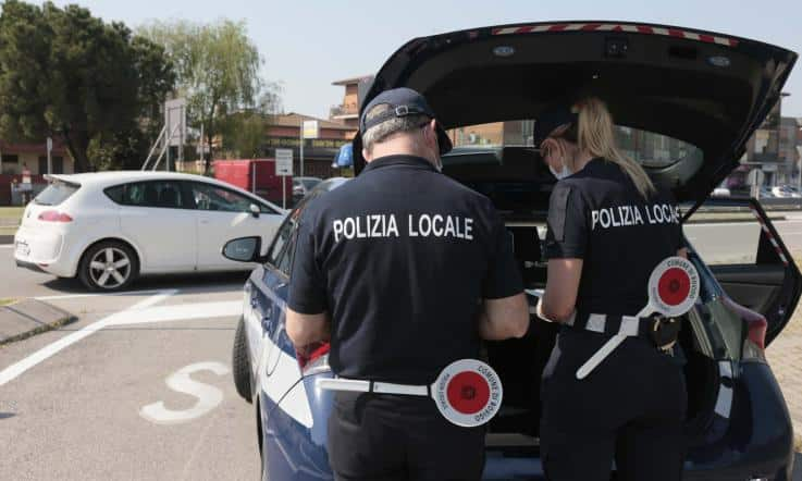Fermati dalla Polizia cinque amici in auto senza mascherina, salatissima multa di oltre 2 mila euro