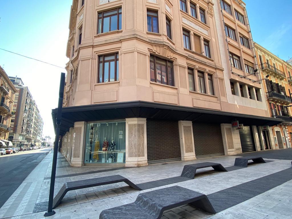 """Bari grande sorpresa, venerdì riapre H&M in via Sparano, i dipendenti """"Grande gioia inattesa"""","""