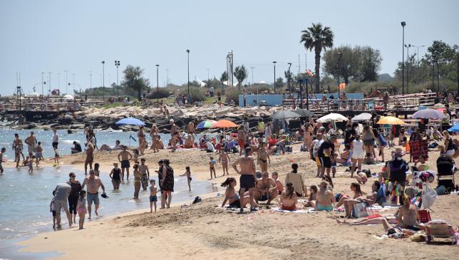 Bari, spiagge pubbliche prese d'assalto, pienone a pane e pomodoro e San Girolamo