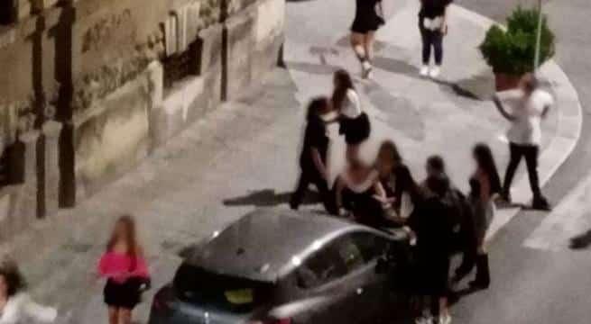 Scene di ordinaria follia a Bari, una contro 15 ragazze, la vittima trattenuta sul cofano della macchina e picchiata dal branco