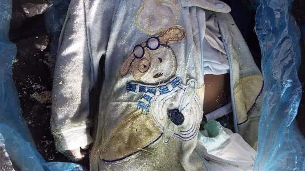 Libia, su una spiaggia ritrovato il corpo di una bimba di pochi mesi, indossava una tutina con un coniglietto al petto, è l'ennesima vittima di un naufragio