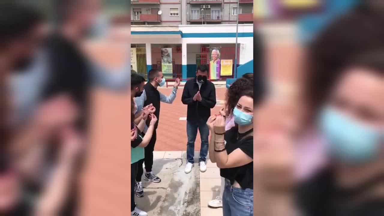 """Coronavirus Bari, Decaro va all'oratorio del Redentore e i ragazzi gli rivolgono la domanda tormentone """"E tu c sta a fasc do?'. Video"""