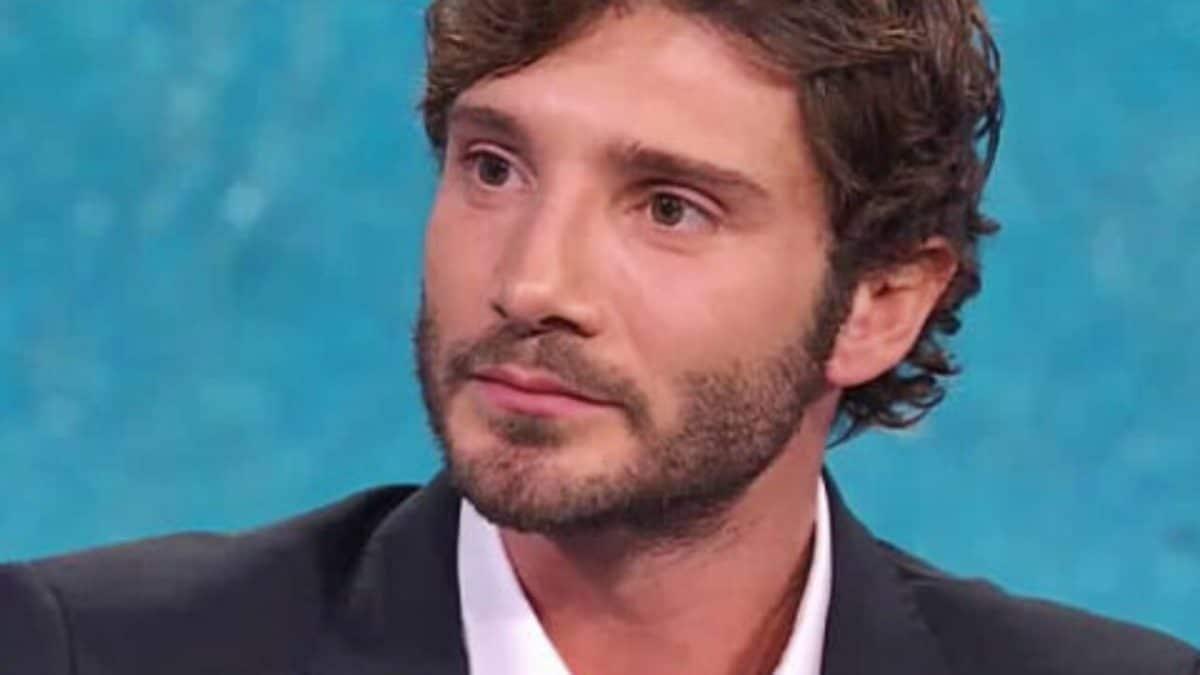 """Stefano De Martino, presunto flirt con una conduttrice più grande di lui, il comico Peppe Iodice: """"Ho saputo che ti piacciono le vecchiarelle"""" e De Martino: """"tu non devi …"""""""