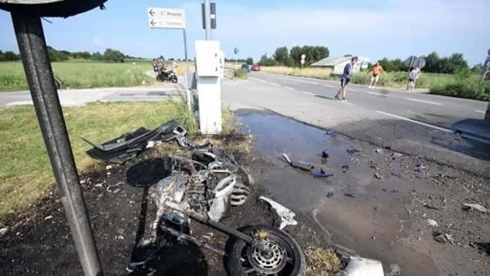 Provinciale Castellana-Conversano moto impatta violentemente contro un'auto e prende fuoco, gravissimo 17enne barese