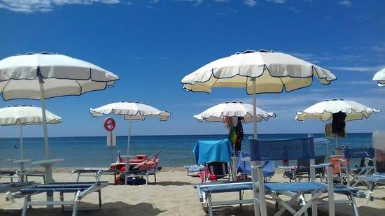 Coronavirus, va in spiaggia e il proprietario del lido le misura la temperatura: 39,2, mandata a casa