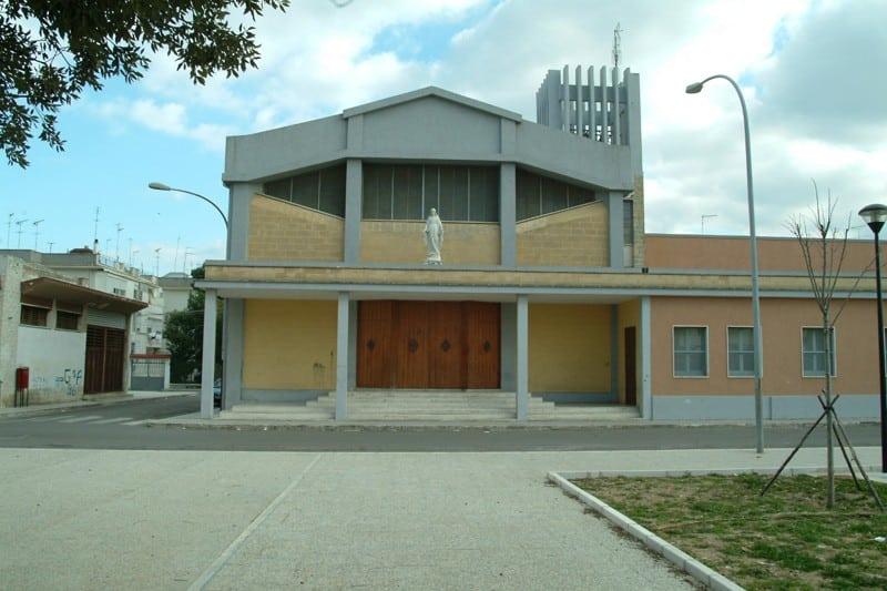 Puglia, va in chiesa per farsi dare un po' di cibo, perde la pazienza e massacra di botte il prete