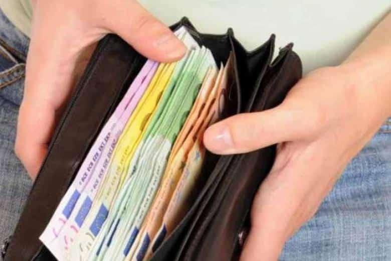 Disoccupato trova un portafogli e lo riporta al proprietario che apprezza il gesto e fa qualcosa per lui
