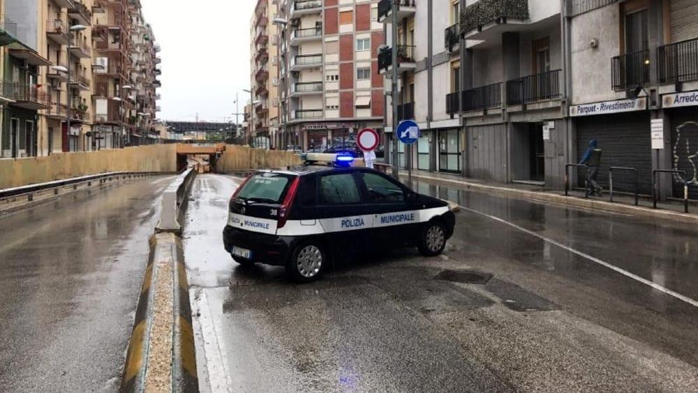 Nubifragio a Bari, pioggia incessante, chiusi tre sottopassi, allagati alcuni negozi, al San Paolo caduto grosso albero