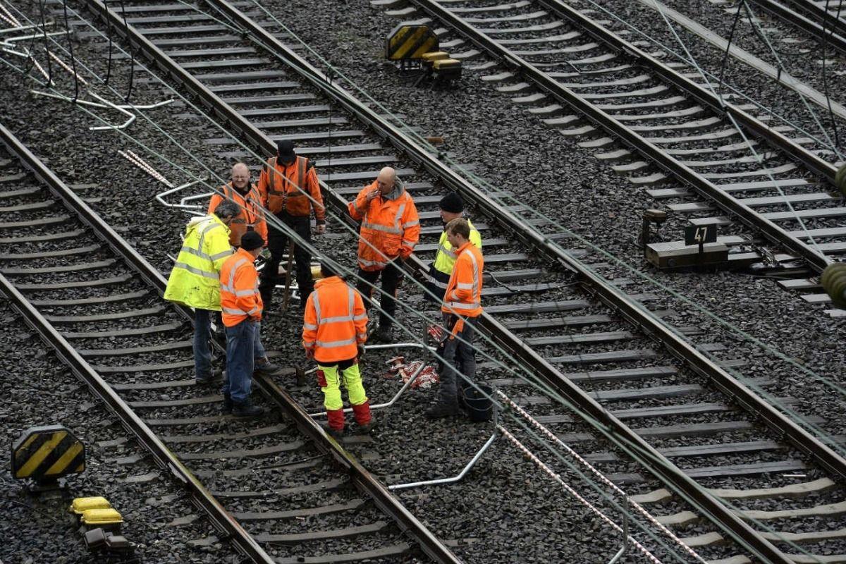 32enne vuol farla finita e si getta sui binari al passaggio di un treno, l'amica tenta di salvarla ma muoiono entrambe