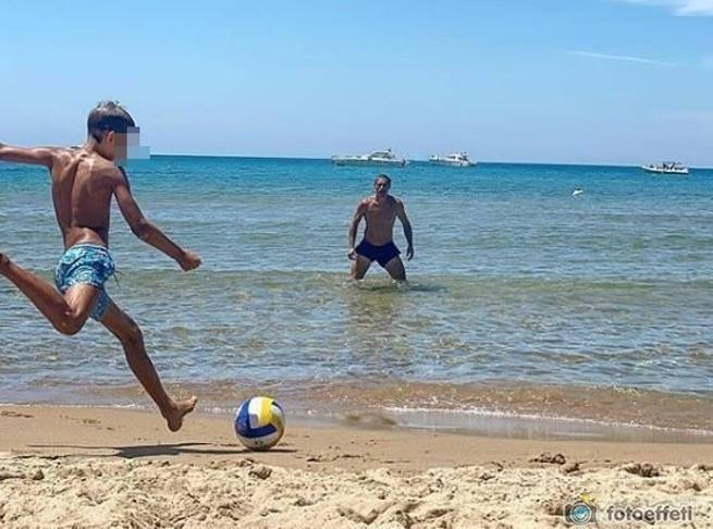 """Elena Santarelli posta una foto del marito Bernardo e del figlio Giacomo e dice """"se il figlio casca lui lo fa rialzare"""""""