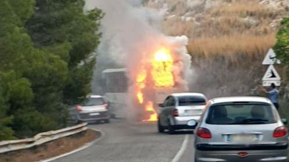 Puglia, attimi di panico su bus della Sita, mezzo prende improvvisamente fuoco su una strada provinciale