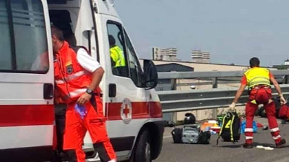 Incidente sull'Andria-Barletta, furgone travolge due ciclomotori, muoiono tre ragazzi, due di 17 anni, uno di 19 anni
