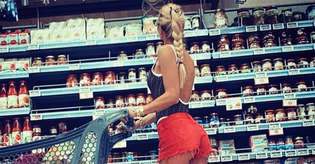 Ilary Blasi va al supermercato e posta la foto, il web apprezza il look e Totti fa un commento controcorrente che scatena l'ilarità
