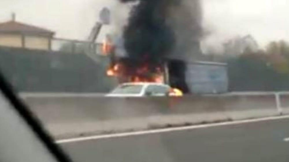Puglia, drammatico incidente su A14, tir prende fiamme, muore conducente intrappolato tra le fiamme, traffico bloccato
