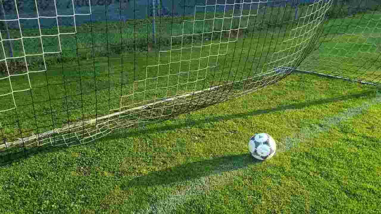 Incidente su campo di calcio, bimba di 11 anni travolta da una porta, è gravissima