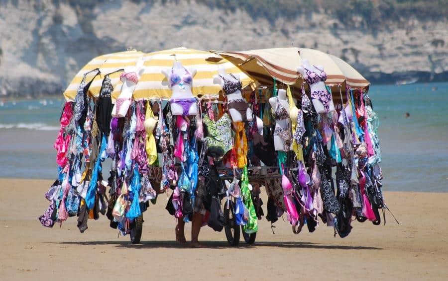 Migrante positivo non rispetta la quarantena imposta, prende un bus e va vendere tra gli ombrelloni in spiaggia