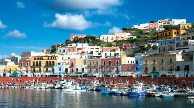 """Isola di Ponza, è boom di turisti, spiagge affollate e ristoranti pieni ma niente distanziamento sociale, il sindaco allarmato, """"mandateci l'esercito"""""""