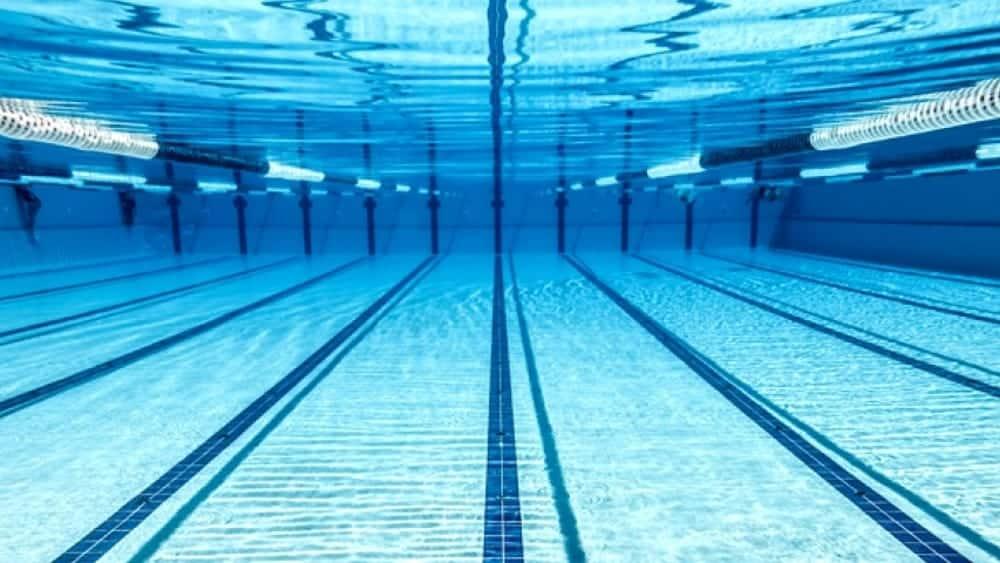 Tragedia in una piscina comunale, bimbo di 7 anni si tuffa ma poi si sente male, muore annegato