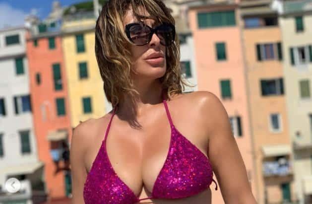 Sabrina Salerno e le sue foto da urlo, la 52enne in bikini mostra ancora il suo fisico perfetto e manda in estasi i suoi fan