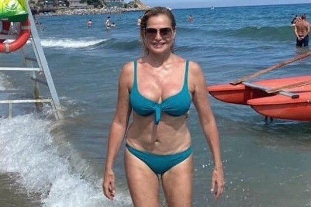Simona Ventura posta una foto in bikini e il web la inonda di commenti
