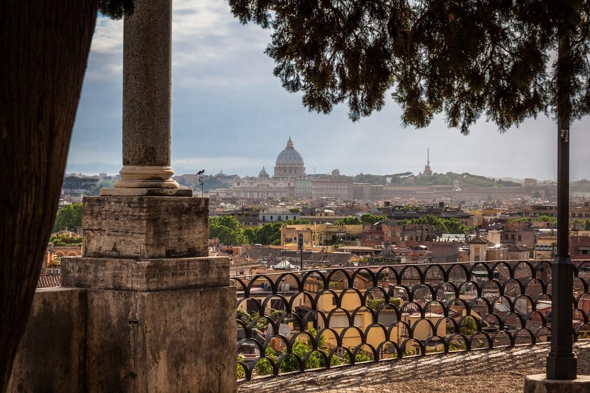 Roma suicidio nella notte, litiga con la ragazza, beve qualche bicchiere di troppo, 21enne si lancia nel vuoto dalla terrazza del Pincio