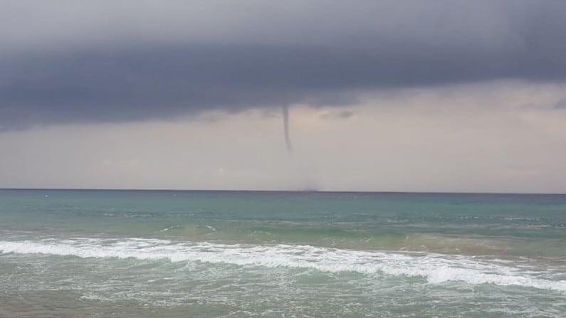 Tromba marina sul litorale, paura in spiaggia, devastato uno stabilimento balneare, video