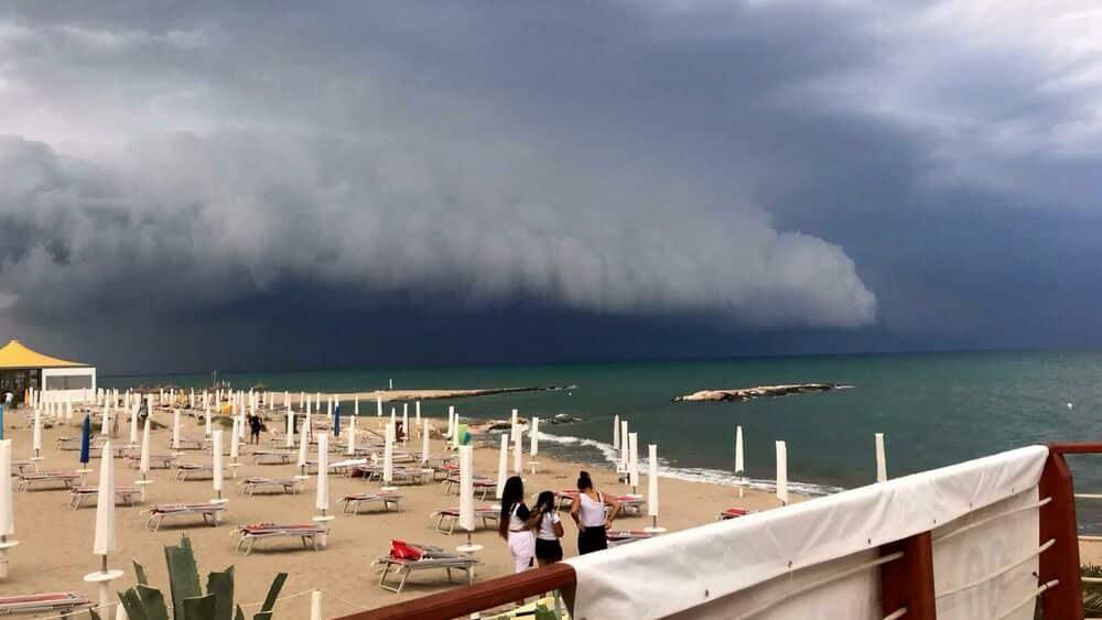 Puglia, in pochi minuti il cielo cambia colore, improvvisa tromba d'aria in spiaggia, panico tra bagnanti e fuggi fuggi generale