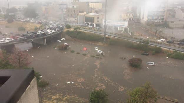 Nubifragio a Palermo, immagini terribili, persone abbandonano le auto e a nuoto cercano di salvarsi, sono due i morti e due bambini ricoverati d'urgenza – video