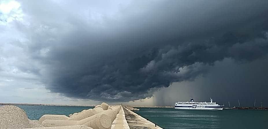 Bari, allerta arancione per tutta la provincia, le immagini impressionanti della tromba d'aria a Torre a Mare