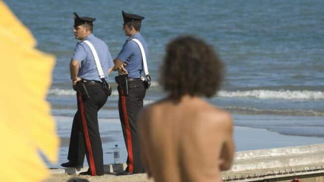 Panico in spiaggia in Puglia, bagnante dopo un diverbio estrae una pistola contro il gestore del lido