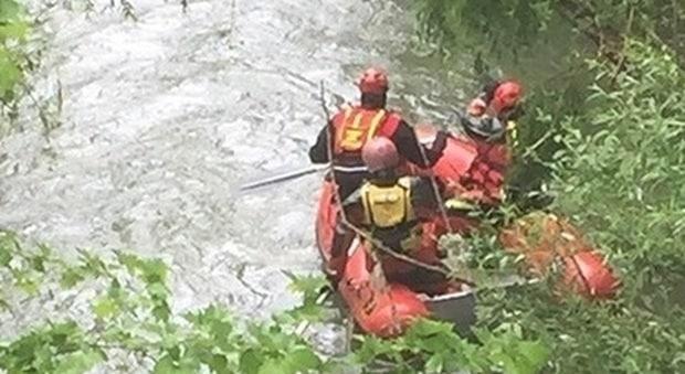 Si tuffa nel fiume per cercare di salvare il cane, il padrone annega ma salva il suo amico a quattro zampe