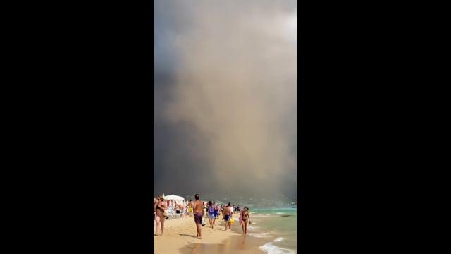 Tornado nel Salento, il video dei bagnanti in fuga dalla spiaggia di Pescoluse, danni e feriti