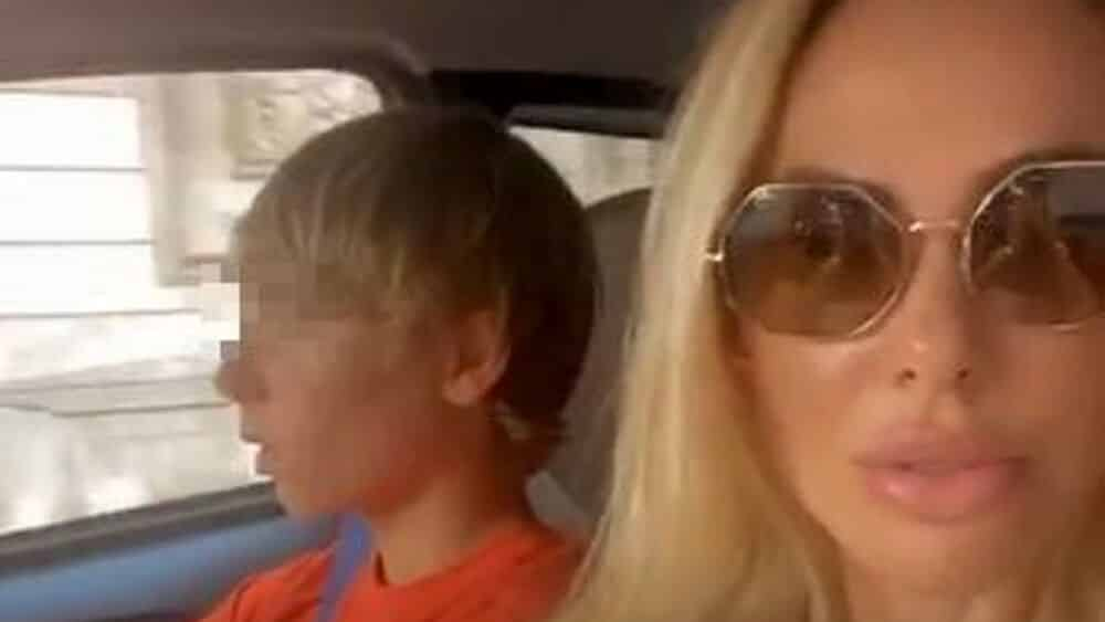 Ilary Blasi seduta accanto al figlio 14enne che guida la macchina in centro a Roma, lei posta il video e il web insorge
