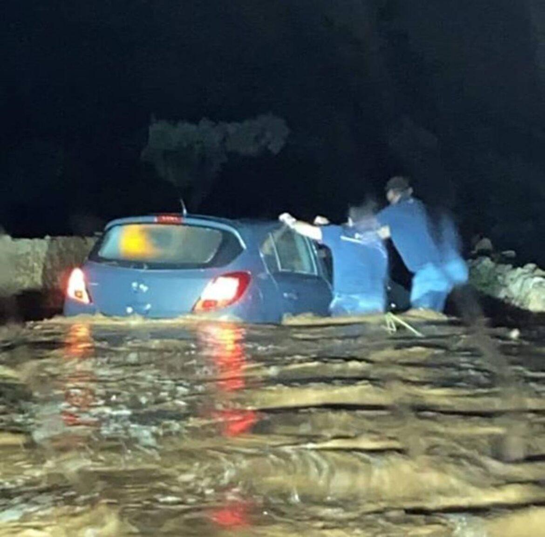 Nubifragio a Capitolo (Monopoli), nella tarda serata di ieri momenti di panico per due ragazze, bloccate per strada in auto, l'acqua sembrava un fiume in piena -video