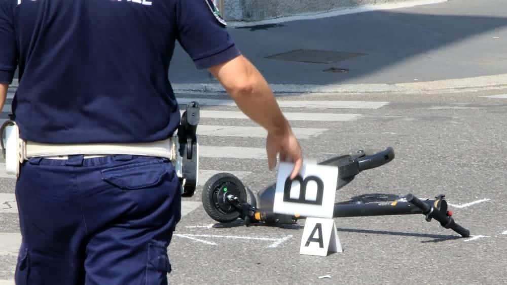 Puglia, grave incidente, 19enne trasportato in codice rosso in ospedale, era alla guida di un monopattino elettrico che si è incastrato sotto il paraurti di un'auto