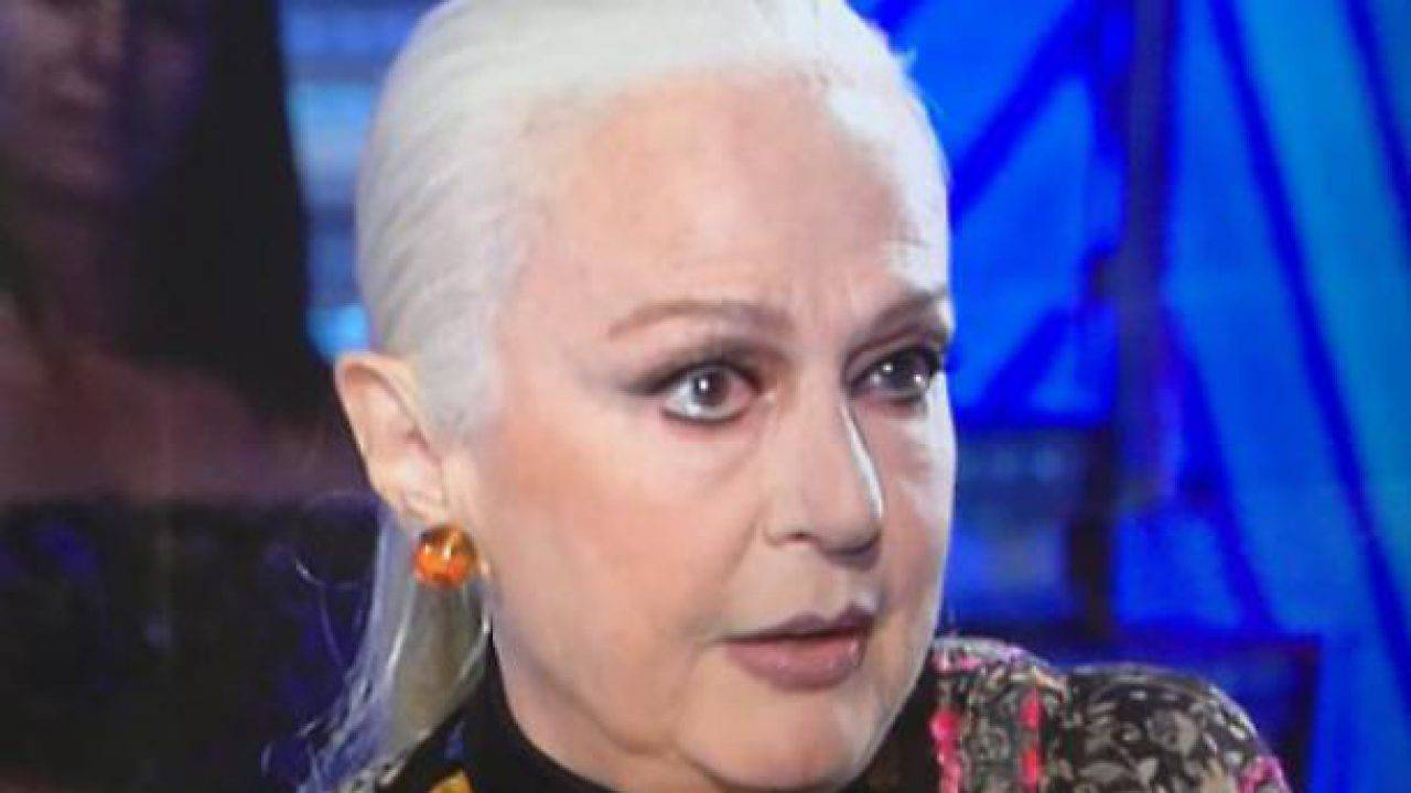 """Tale e Quale Show, Loretta Goggi inquadrata in un momento sbagliato, lei in forte imbarazzo: """"Chiedo scusa"""""""