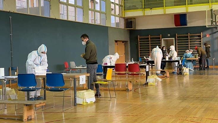 Alto Adige, dopo lo screening di massa scovati 3400 asintomatici, il governatore revocata lockdown totale e dal 4 dicembre riapre scuole, bar e ristoranti