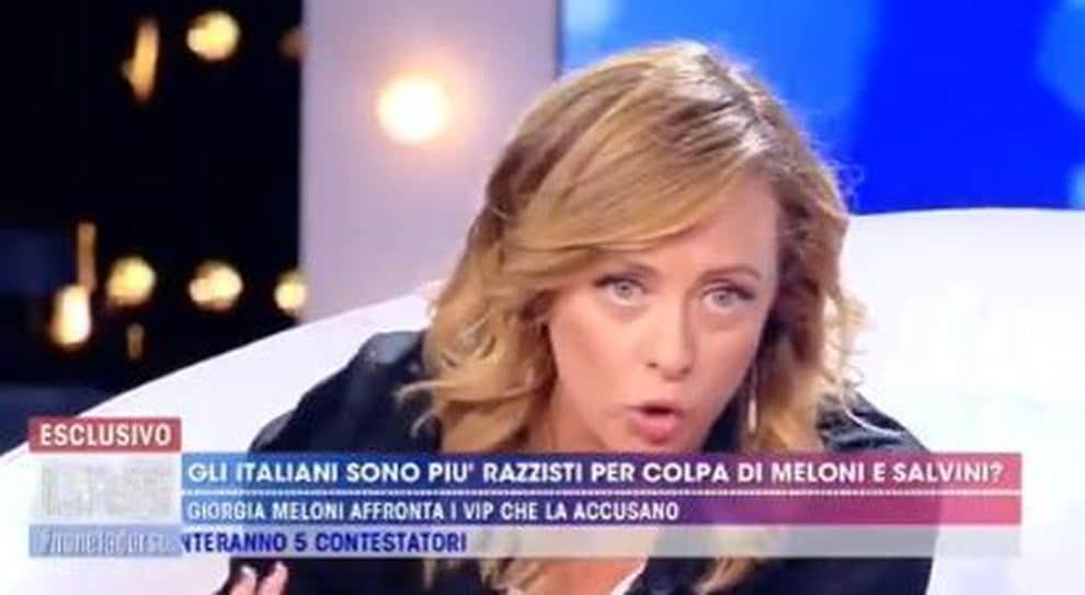 """Barbara D'Urso in diretta a Giorgia Meloni """"Fallo per me"""" e la Meloni """"Non dovevi comportarti così, non è corretto"""", gelo in studio"""