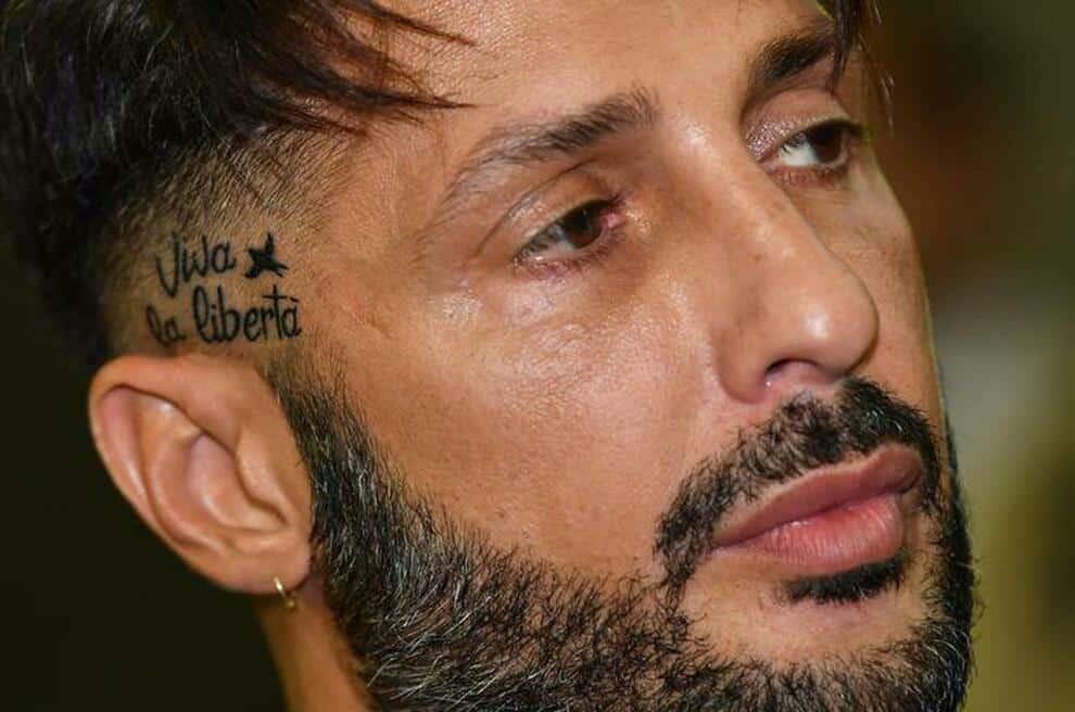 Fabrizio Corona è libero di tornare a casa, ma non potrà utilizzare i social