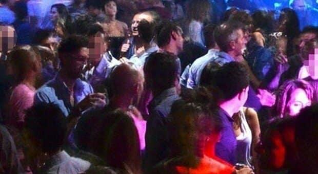 Napoli scene da film, in piena zona rossa 150 persone partecipano a una festa abusiva, tutte non indossavano la mascherina