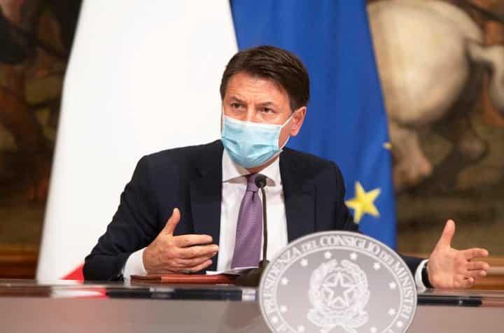 Giuseppe Conte, pronto per il nuovo Dpcm, coprifuoco dalle 21, chiusi centri commerciali nel week-end e confini regionali off-limits