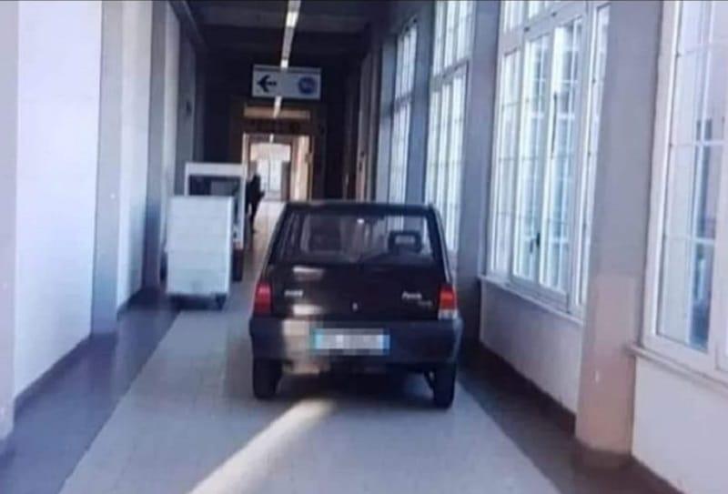 Entra con la macchina in ospedale e parcheggia la sua panda all'entrata del reparto di Rianimazione, medici sbalorditi